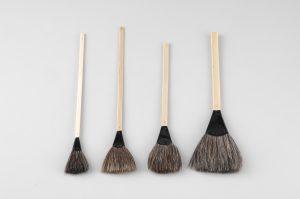 出来上がりの型面の清掃、黒煙マイカ粉末の塗布や、剥離剤の塗布にも使用されています。